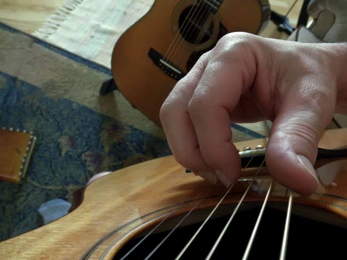 how to play fingerpicking guitar